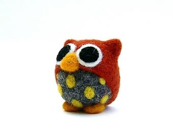 Rust color and gray owl with yellow dots. Needle felted wool. By LaPoissonnerie.