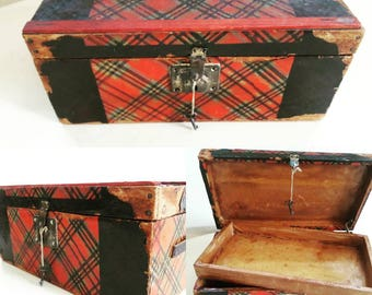 Victorian Doll trunk with Key!