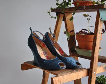 Vintaged Crushed Velvet Ankle Strap Wedges // Size 8 // Blue Heels // Wedding
