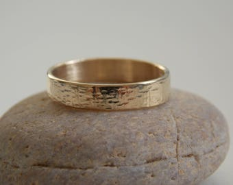 Tube no.1 in yellow gold wedding band 9 k. mixed ring pattern.