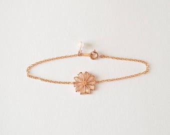 Vente de liquidation > Bracelet doré rose FLORA // Bracelet avec un motif fleur doré rose et une perle de quartz rose au niveau du fermoir