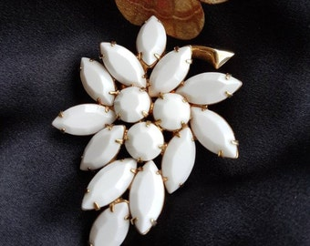 Milk Glass leaf brooch - vintage style from the 1960s.