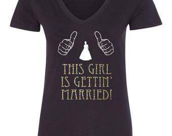 I'm getting married bride t-shirt Gold Glitter with two thumbs design