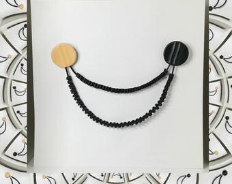 Double broche à effet collier en cuir noir et beige rosé