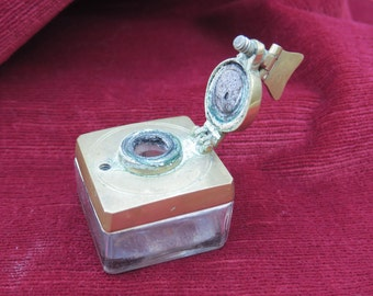 ancien petit encrier de collection en verre et bronze, old small collection inkwell in glass and bronze, 유리 및 청동에 오래 된 작은 컬렉션 잉크 병