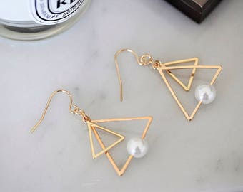 Triangular earrings with pearl