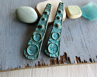 Green triangle pendant , ethnic rustic design metal casting, green patina finish on antiqued copper  52 x 12mm ( 2 pcs ) 7BS433g