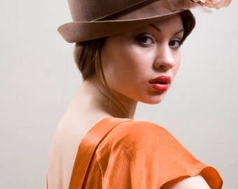 Vintage Style 20s Cloche Beige Brown Bowler Hat Silk Flower Flapper Gatsby