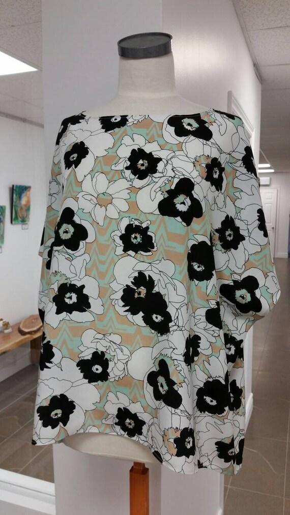 Christine Mercier designer, tunique ample pure soie, imprimé fleurs noires sur fond blanc, beige et vert menthe, taille unique