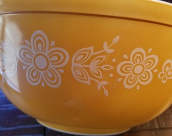 Vintage 1972 - 1978 Pyrex Butterfly Gold bowl