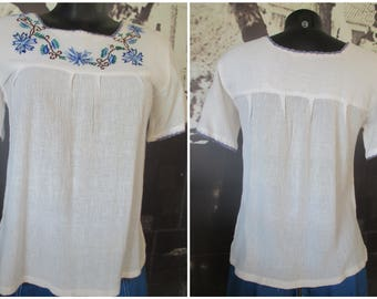 Casacca hippy anni 70 con ricami blu.Tg. S/70s boho top/White with blue embroidery/Cotton gauze/Hippie top/Woodstock style/Size S
