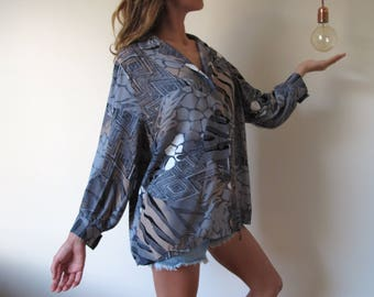 Printed blouse 70s french vintage Grey wide graphics top shirt v neck buttons loose // L - Oversize