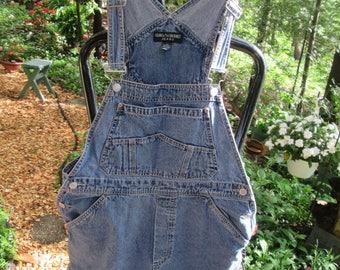 Vintage Gloria Vanderbilt blue denim bib shortalls. Size Large denim bib short carpenter style overalls.