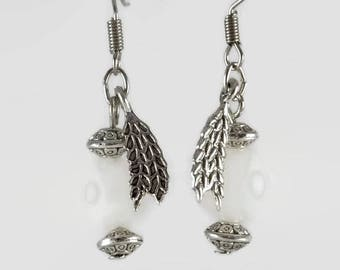 White jade and silver metal details for these short ethnic earrings - An 123Pierres jewel