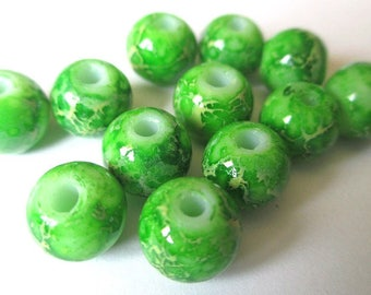 10 green beads marbled cream 8mm (H-41)
