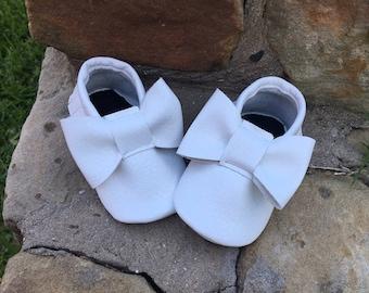 White Bow Moccs- Handmade Moccs // Baby Moccs // Bow Moccs // TEXAS MOCCS // Baby Moccasins