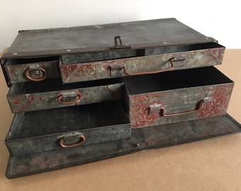 Caisse métallique à tiroirs