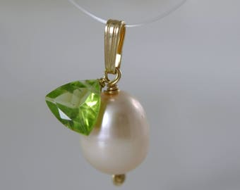 8 karat gold 13mm powder Pink Pearl with Peridot faceted 333 gold pendant