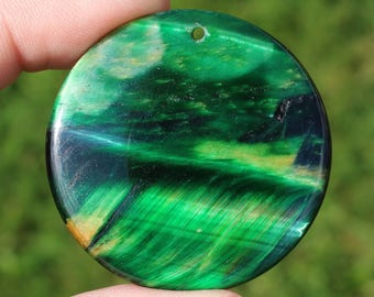 1 SINGLE PENDANT 43 X 43 X 7 MM MULTICOLORED GREEN TIGER EYE BEAD.