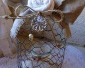 Cloche en grillage shabby chic ornée d'une rose en lin blanc et petit photophore en verre décoré