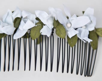 Flowers for pretty bridesmaid comb