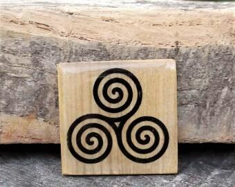 Magnet in Ash wood,magnet in wood,wood magnet,Triskel,triskell, triskèle,Brittany,Bretagne,Aimant en bois,magnet en bois frêne et résine