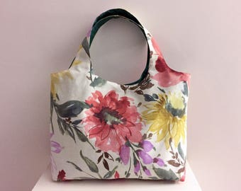 Handbag in a flowery fabric, poaches inside, closure pressure