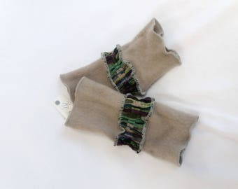Beige pulse warmer in cashmere with a colourful strip of wool