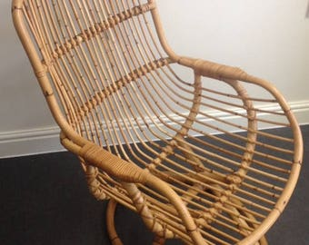 Vintage 1960's  wicker, rattan chair with arm rests  / Chaise vintage rottin