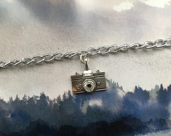 Bracelet with pendant in the shape of a camera