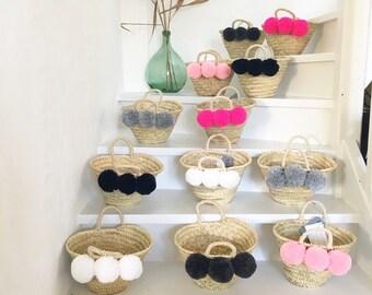 Wicker basket with its 3 tassels