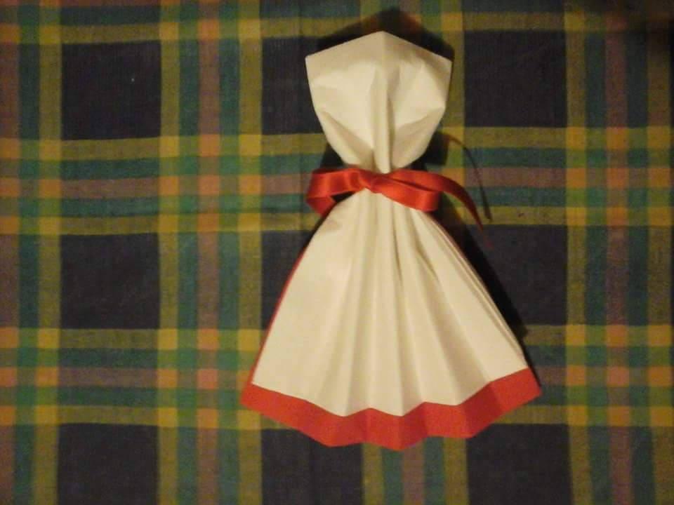 Pliage serviette en forme de robe deux couleur blanc et rouge - Pliage de serviette robe ...