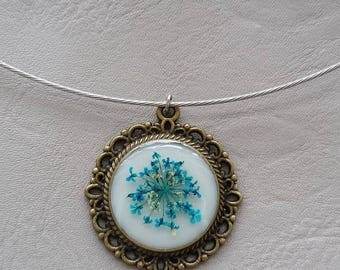 Choker + vintage, resin and dried flower turquoise round pendant