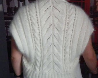 Shoulder warmer with cables and ribs, 70% angora