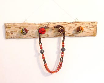 Display necklaces pallet wood, 4 balls decorated with African fabric wood