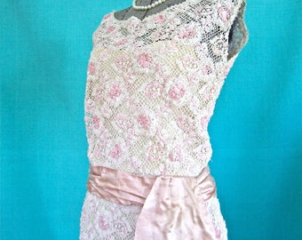 XS 50s 60s Beaded Lace Dress in Cream Crochet Pink Ribbon Seed Beads Silk Pink Sash Cocktail Extra Small