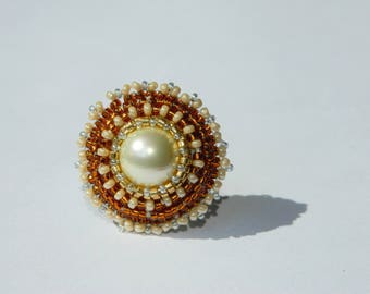 Pearly resin ring embroidered with beads and cabochon