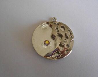 1 large pendant silver plated + rhinestone