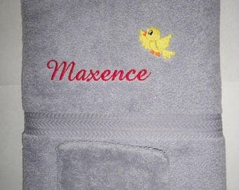 Bath towel embroidered with a name and a bird
