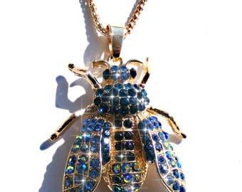 Sautoir abeille doré, strass bleu et AB multicolore, chaine doré.