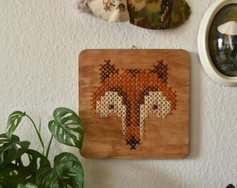 Handgemaakt geborduurd muurdecoratie - hout paneel met een vosje. Vosje voor je interieur