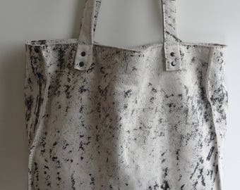 Grey shoulder bag with soft leather.