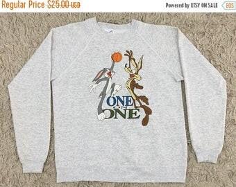 ON SALE Vintage Looney Tunes Sweatshirt - 90s One on One Bugs Bunny E Coyote Play Basketball Sweatshirt - Size L