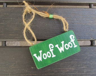 Woof woof - Handpainted Text Sign on wood - Home and wall decoration - Dogs - Dog lover - Pets - Giftidea - Green - Plaque - Wall decor