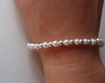 Sweet pearl bracelet with silver details.