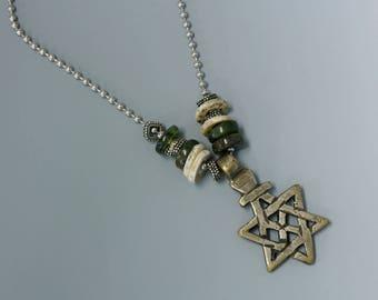 Croix copte éthiopienne en collier, chaîne à billes en acier inoxydable et pierres de couleur vert. N ° 8.