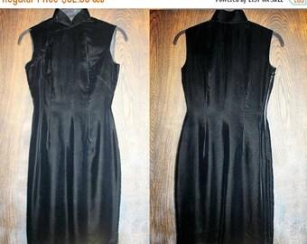 WINTER SALE Vintage 1960's Velvet Cheongsam Qipao Cocktail Dress in Black with Metal Zipper. Small.