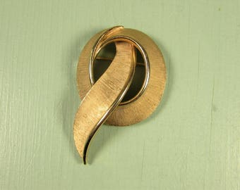 Trifari Ribbon Brooch - Vintage Brushed Gold Tone Circle