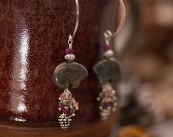 Boucles ours pyrite rubis tourmaline . Marcheurs du pin boréal .