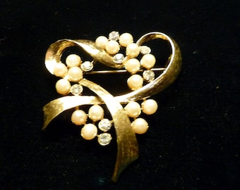 Brooch/pin-shiny gold with rhinestones and faux pearls
